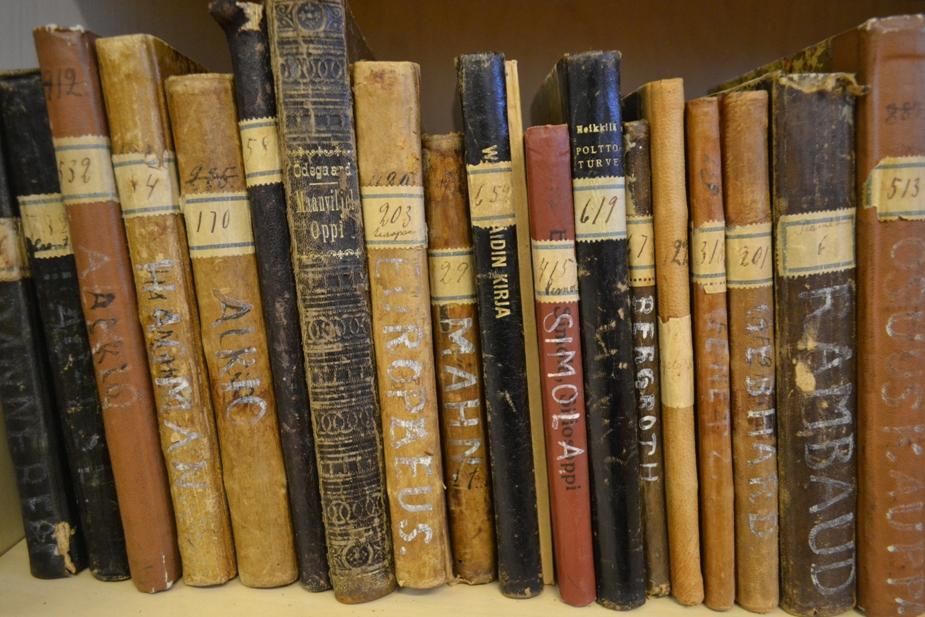 Kuvassa vanhoja kirjoja.