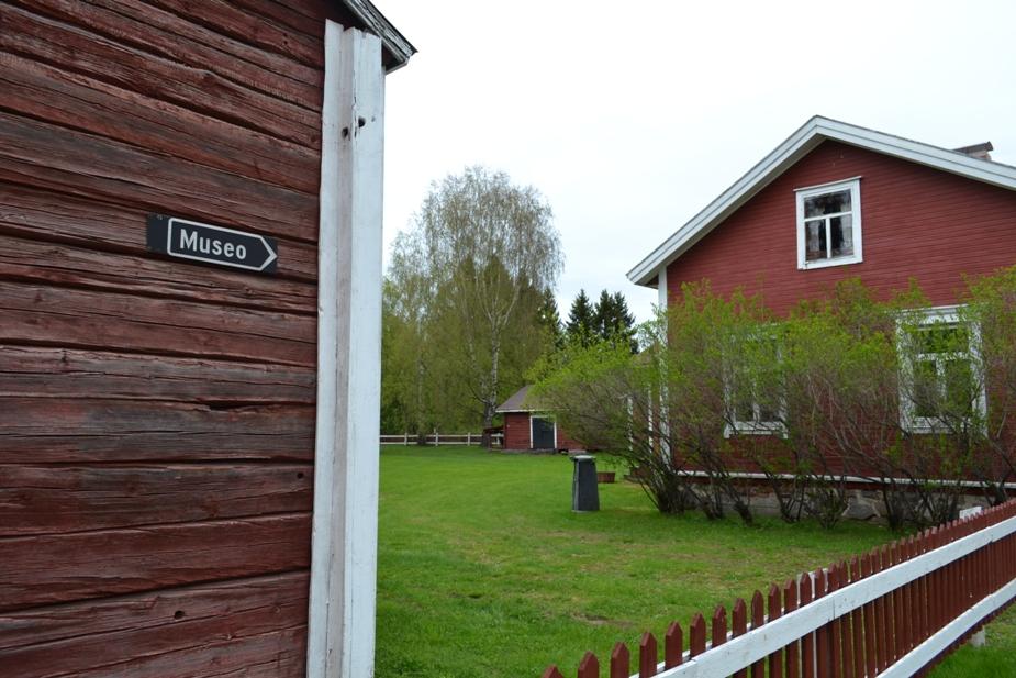 Kuvassa Kempeleen kotiseutumuseon pihamaa ja sisäänkäynti.