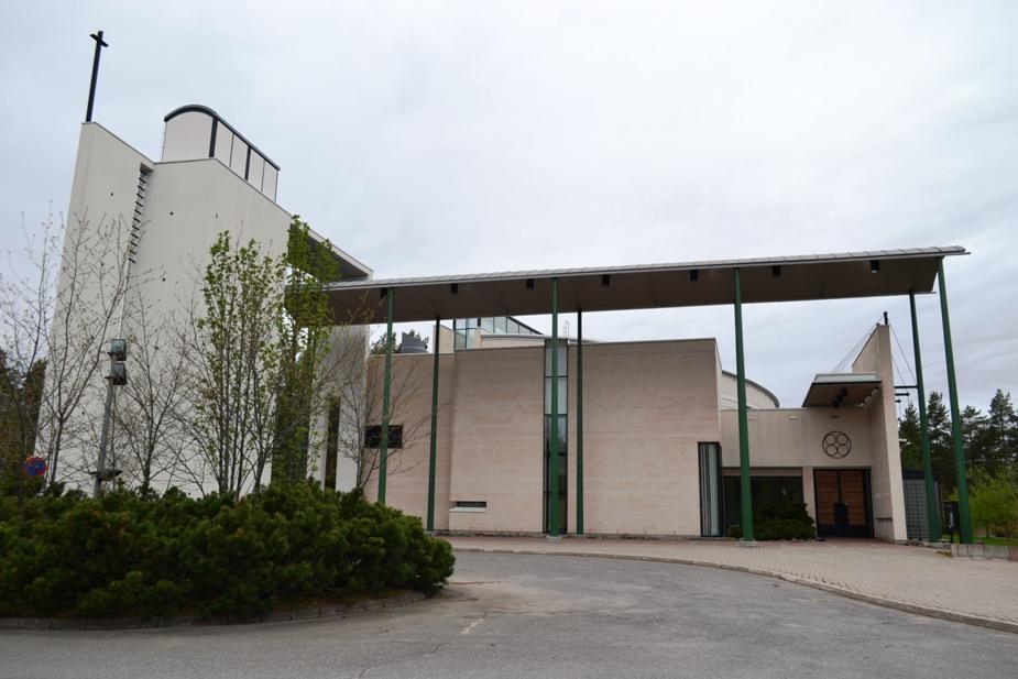 Kuvassa Kempeleen uusi, pyhän kolminaisuuden kirkko.